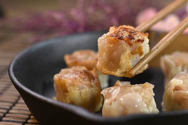 除了「蒸」燒賣,〈崎陽軒〉菜單上還有「煎」燒賣供食客選擇。(圖/姚舜)