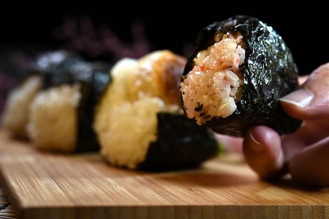 〈崎陽軒〉的這款特殊口味飯團,是在米飯中混入了梅子、昆布與紅薑等,等於是將配飯的「配件」直接融入到了飯團中。(圖/姚舜)