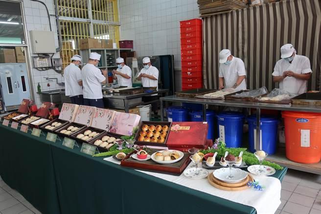 彰化監獄儒林工坊近年開設烘焙工場,教受訓人製作月餅,3年前開始對外販售,年年造成轟動,熱烈詢問,想吃還不一定訂得到。(謝瓊雲攝)