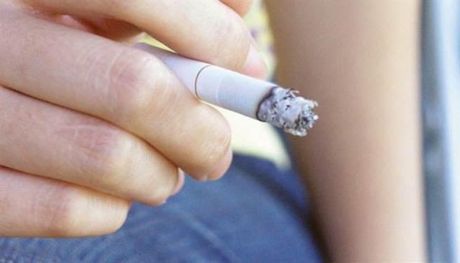 抽菸會讓男性生殖器變小、造成勃起障礙。(圖/pixabay)