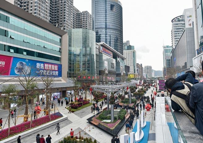 在可見的將來,大灣區內地九市消費市場將會是一個更開放及國際化的市場。圖為深圳華強北步行街。圖/新華社