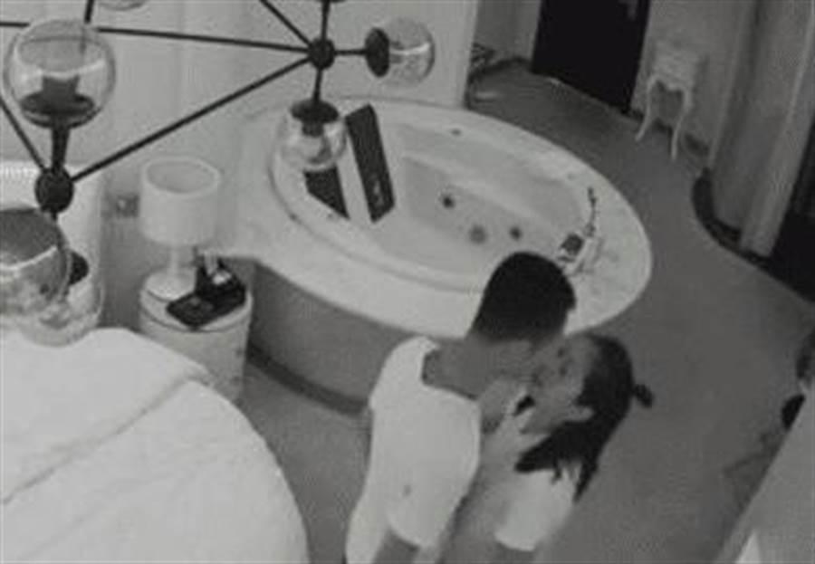 情侶住房三天的一舉一動都遭偷拍,不久後成了外流性愛片的男女主角。(圖/翻攝自微博)