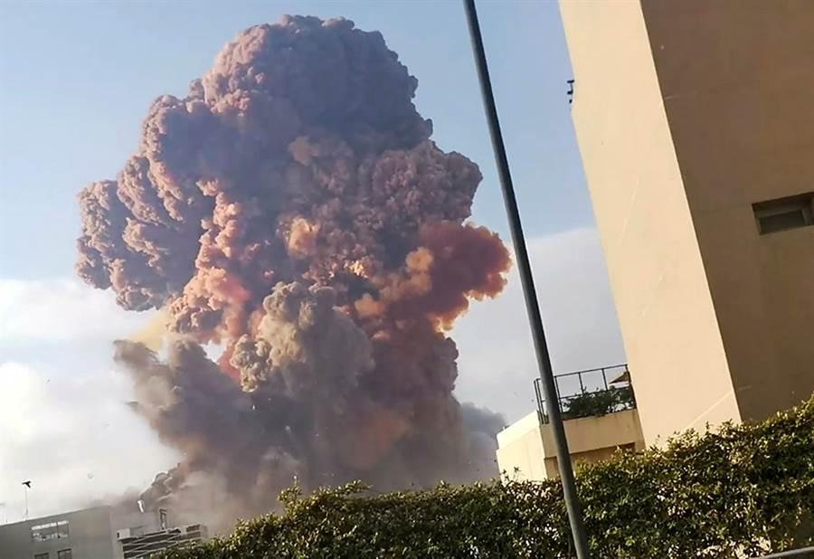 黎巴嫩首都貝魯特4日大爆炸的畫面。(路透)
