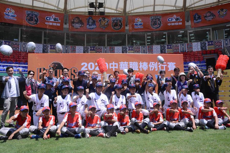 中華職棒統一獅下半季主場賽事,將於8月12日到16日移師花蓮棒球場。縣長徐榛蔚與球員和基層棒球隊小球員一起宣傳賽事。(王志偉攝)