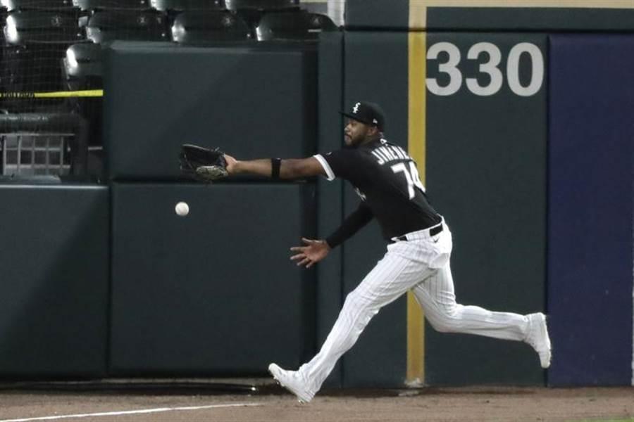 白襪左外野手席曼奈茲沒接到球,之後跌進護網裡。(美聯社)