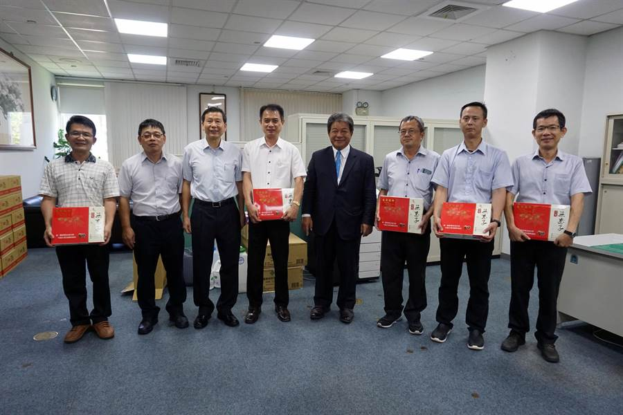 台南市議長郭信良(右四)贈送父親節禮物給議會男性員工時,赫然發現議會內仍有許多員工單身。(市議會提供/洪榮志台南傳真)