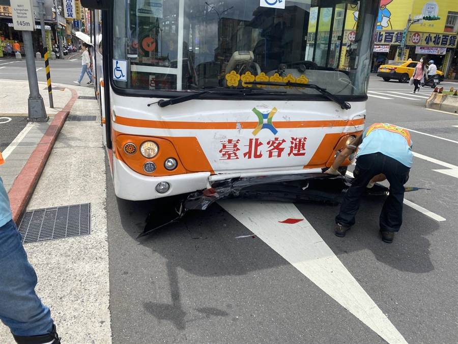 肇事司機表示公車疑似剎車失靈。(陳鴻偉翻攝)