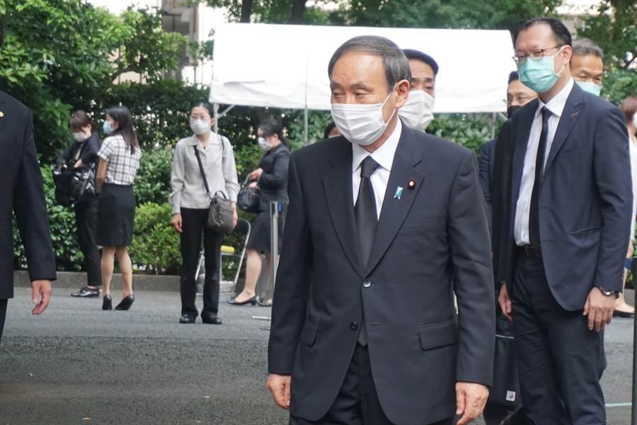 日本官房長官菅義偉7日到我駐日代表處悼念前總統李登輝。(黃菁菁 攝)