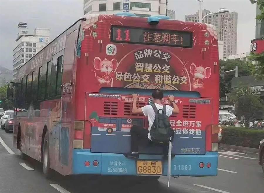 大陸江蘇驚見市民用超狂方式搭便車。(圖/翻攝澎湃新聞)