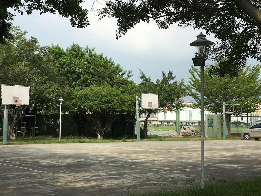 嘉義市友愛路籃球場是社區居民常用的運動場地。(廖素慧攝)