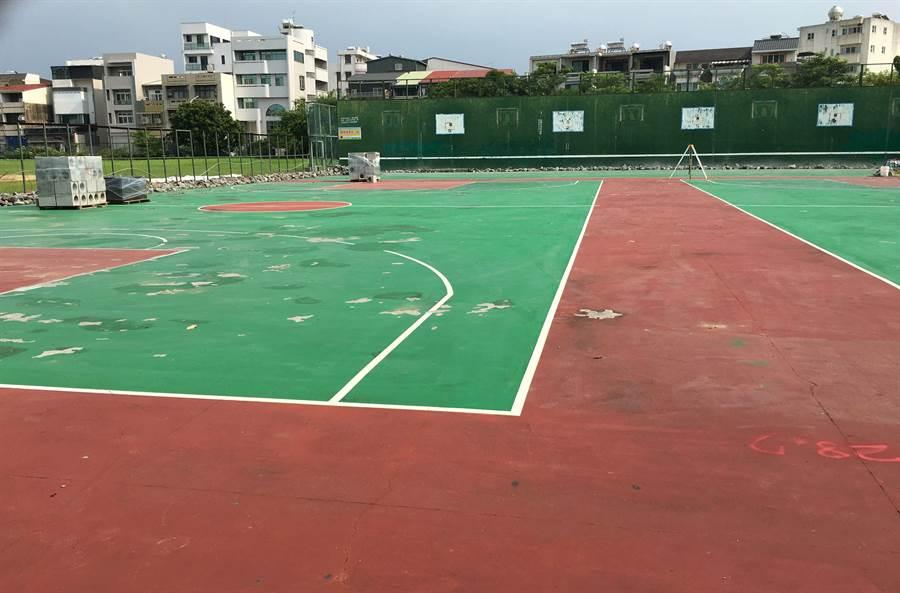 嘉義市友愛路籃球場八月起施工整修地面、照明設施,預計今年底前完工。(廖素慧攝)