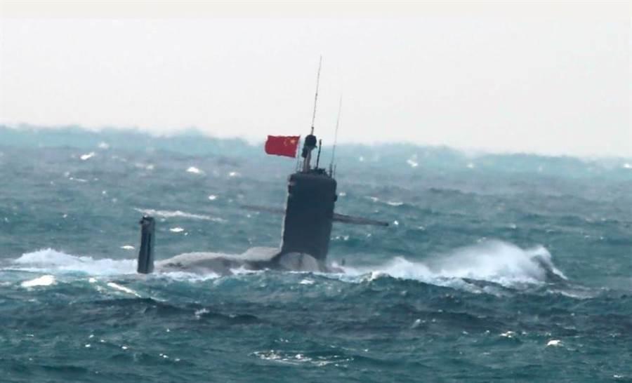 日本海上自衛隊拍攝的解放軍093B攻擊核潛艦。(日本防衛省)