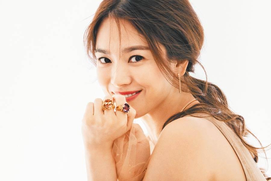 宋慧喬近日為珠寶品牌形象照曝光,嬌豔如昔。(CHAUMET提供)