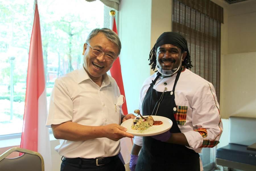 義大校長陳振遠(左)熱情參與活動,開心品嘗學生料理。(林雅惠攝)