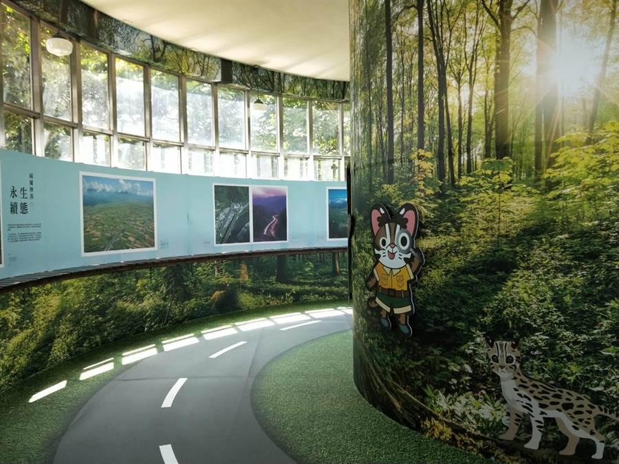 「國道‧綠廊道—從齊柏林看見國道建設」攝影展,歡迎用路人參觀。(陳淑娥攝)
