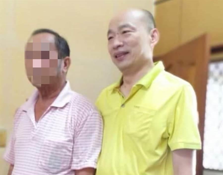 網友貼出高雄前市長韓國瑜6日在雲林訪友的野生照。(翻攝臉書社團「韓國瑜快樂向前行」)
