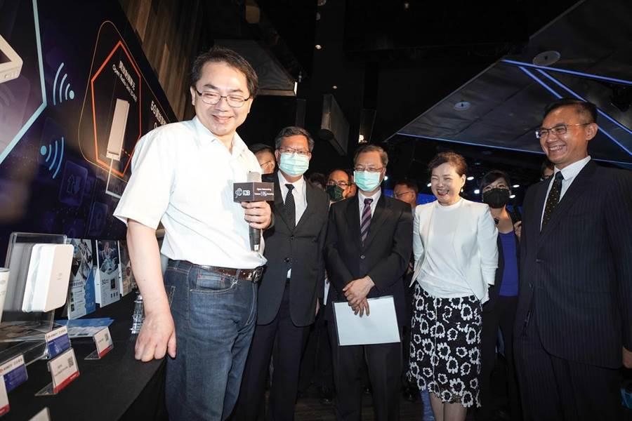 5G网通设备商带领经济部长王美花(右2)等政府官官员参观。(图:思科提供)