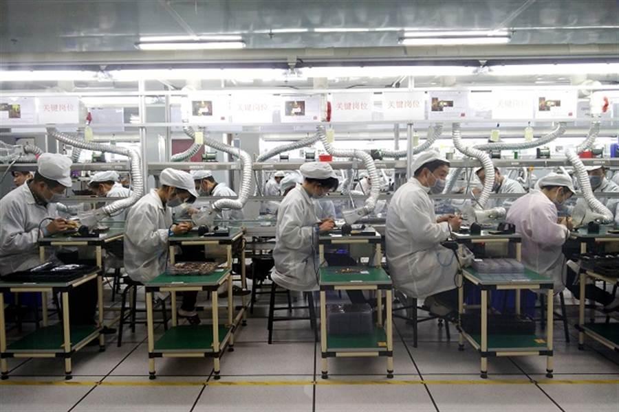 蘋果在美國政府的壓力下,將打造一條純紅色的iPhone供應鏈。(中新社資料照)