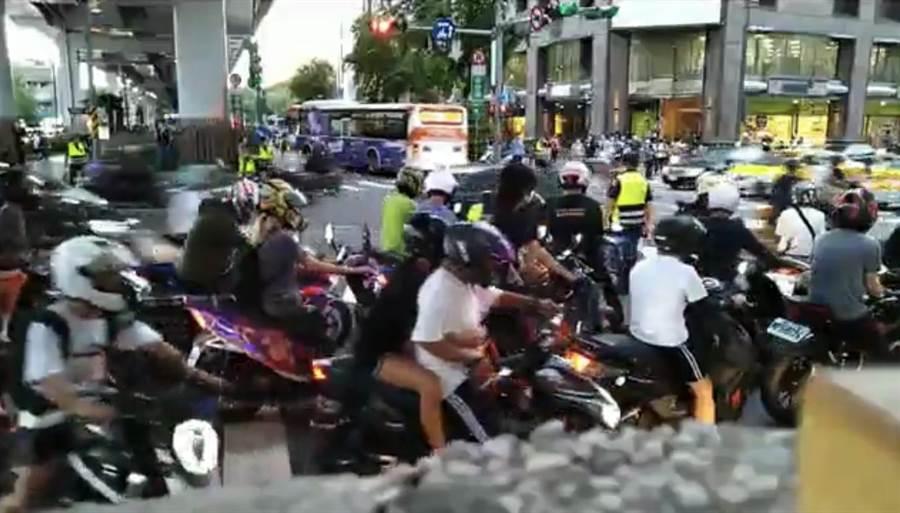 市民大道塔城街口取消直接左轉,台灣機車路權促進會發起「待轉大富翁」抗議癱瘓交通。(截自網路)