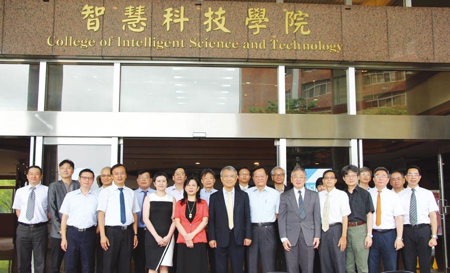 義守大學「智慧科技學院」揭牌儀式後,校長陳振遠(前排左五)與校務主管合影。圖/義守大學提供