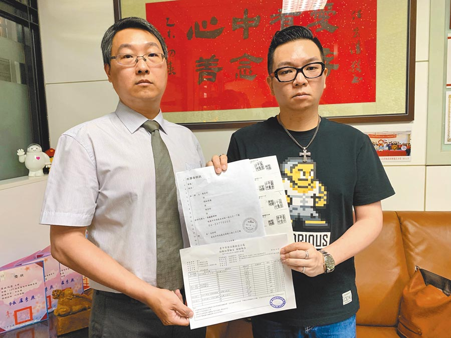 台中市議員張彥彤(右)在律師陪同下控告盛唐中醫診所院長呂世明殺人未遂。(林欣儀攝)