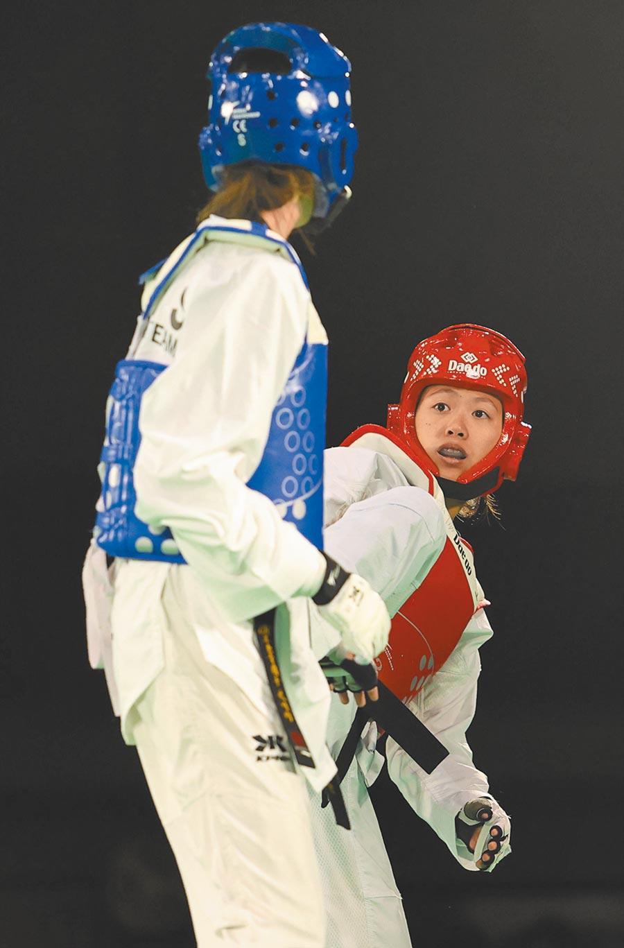 跆拳道選手洪幼婷(右)也是國訓中心運科處新進員工。(國訓中心提供)
