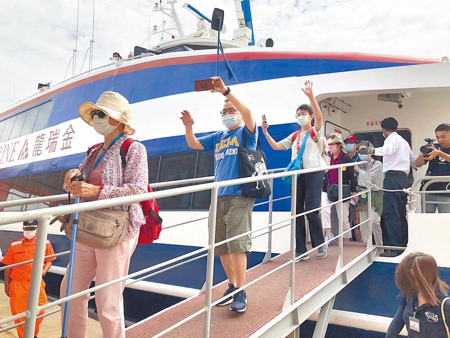 暑期跨海前進金門旅遊,有「出國」的感覺。(李金生攝)