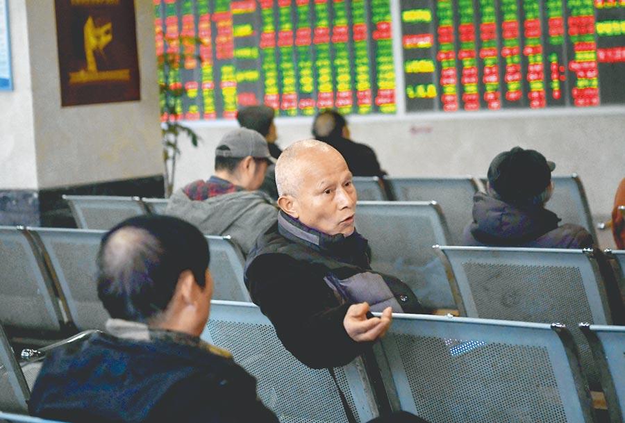 陸推IC產業加速發展,A股板塊走高後市可期;圖為成都市一處證券營業部大廳,股民關心股票行情。(中新社資料照片)