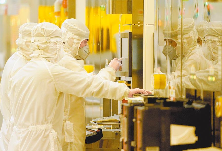 大陸大力扶持半導體,圖為 2月14日,武漢新芯集成電路製造有限公司員工在檢測晶片製造設備。(新華社)