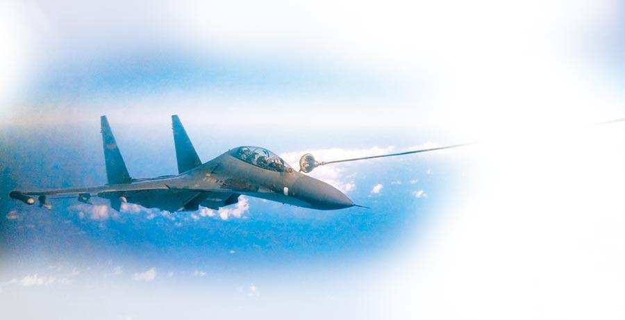 大陸蘇-30戰機海上空中受油。(中新社資料照片)