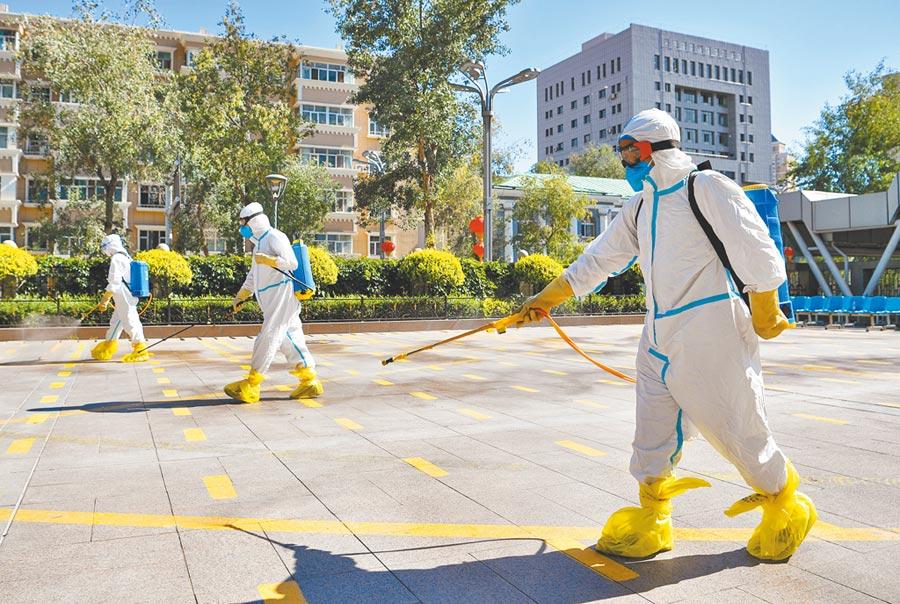 7月24日,烏魯木齊的新疆維吾爾自治區人民醫院員工對核酸、雙抗檢測等候區域進行消殺作業。(新華社資料照片)