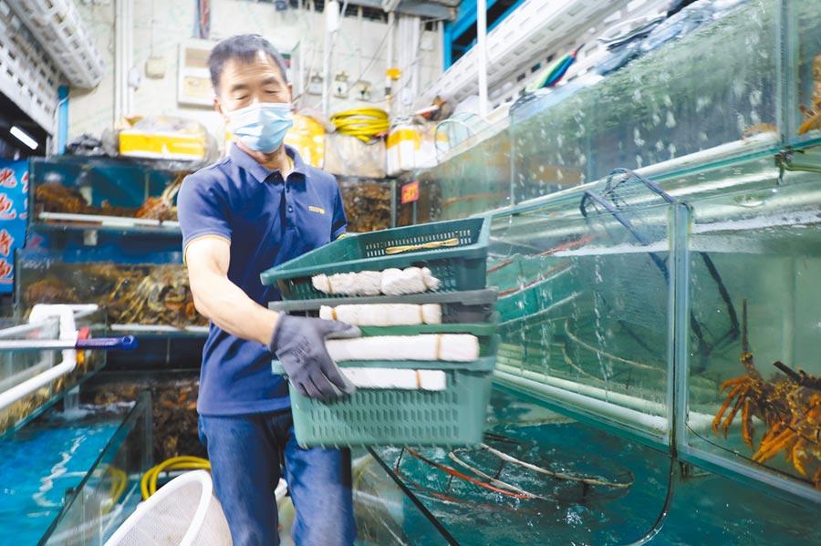 7月25日,大連新長興市場是大連市區內的大型水產品市場,因應疫情防控商家提早結束營業。(中新社資料照片)