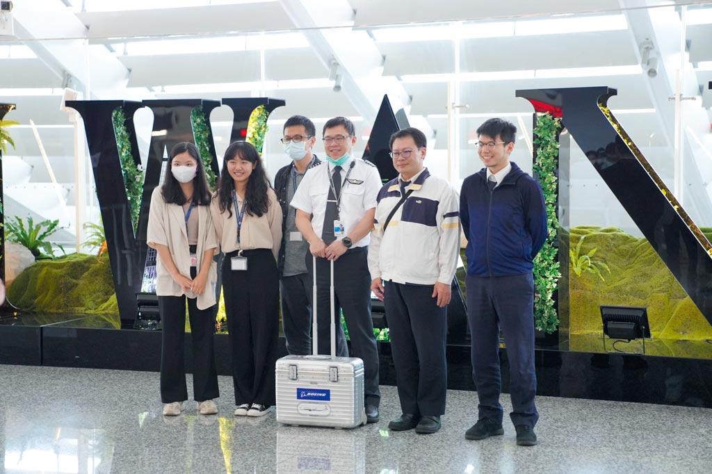 擔任機長的星宇航空董事長張國煒K董與旅客歡喜合照。圖/星宇提供