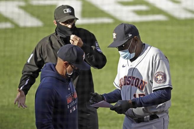 新冠肺炎席捲大聯盟,教練、裁判都戴上口罩防疫。(美聯社)