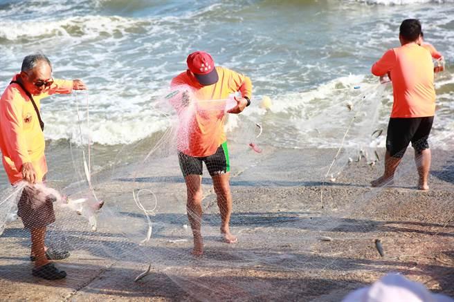「牽罟」在金門古早也俗稱「牽網」,在漁村人口老化之下,傳統捕撈技藝已有失傳之虞。 (縣府提供)