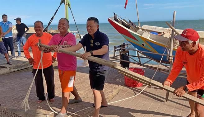 楊鎮浯縣長也在老漁民的指導下,體驗「搖櫓」的樂趣。(縣府提供)