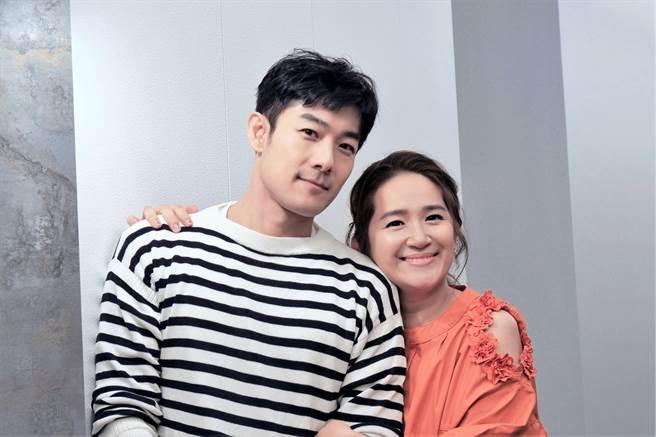 施易男(左)羅美玲合演舞台劇《大寶神珠》。(夢蓮花文藝基金會提供)