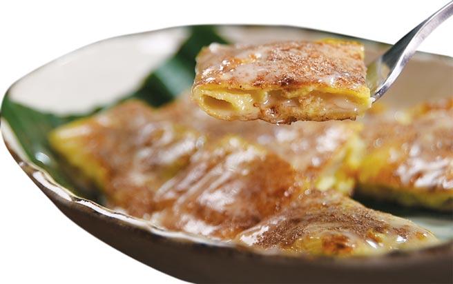 〈香蕉煎餅〉,裡餡是香蕉和蛋黃打成,煎餅外層還用了煉乳和阿華田粉增加甜香。圖/姚舜