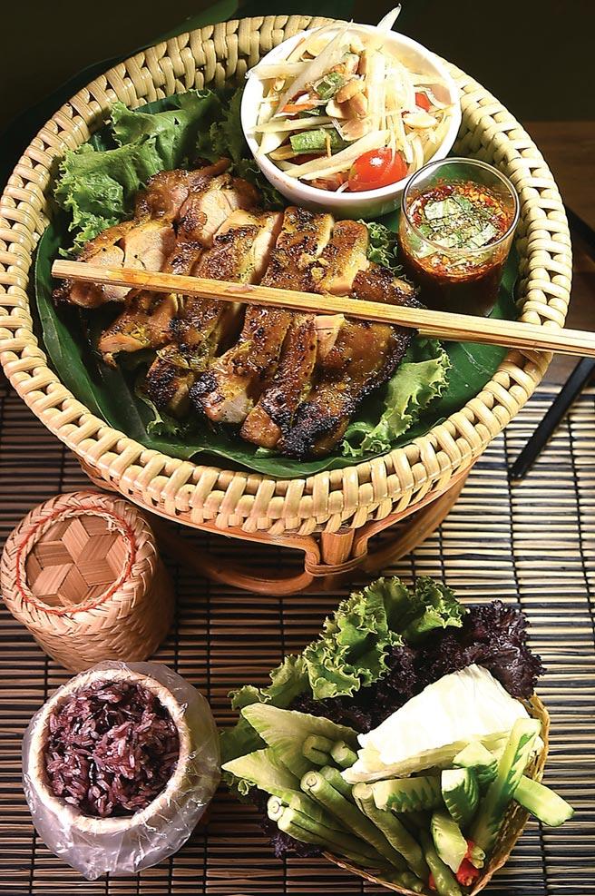 〈泰式香料烤雞腿〉,呈盤時會附上沙拉和糯米飯讓食客搭佐享用。圖/姚舜