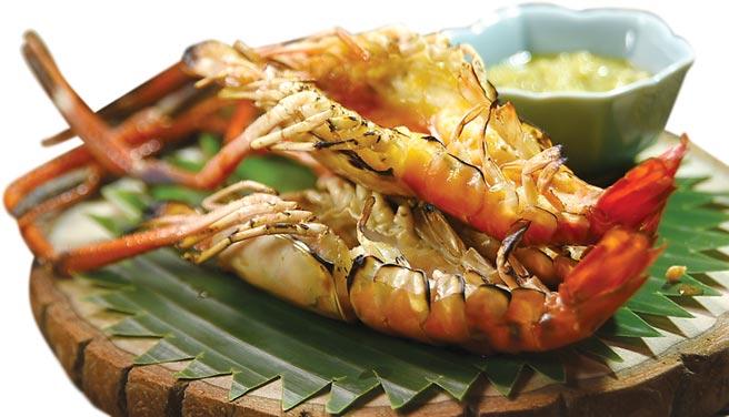 〈Zaap〉的主人兼主廚AJ簡士捷說,公的泰國蝦蝦膏多,所以他只用公蝦炭烤,吃食時可以沾海鮮醬提味。圖/姚舜