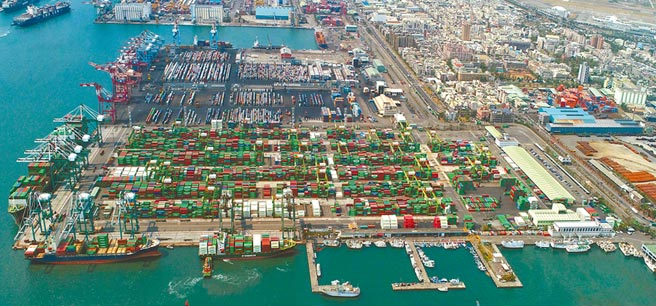 台灣今年1至7月對陸港出口依存度持續上升。圖為高雄港第五貨櫃中心。(港務公司提供)
