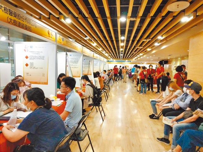 去年台北市青年失業率高達16.3%,為近5年新高,台北市就業服務處,增聘個案管理師、職業諮商員等人力,協助青年順利入職。(台北市就業服務處提供/賴彥竹新北傳真)