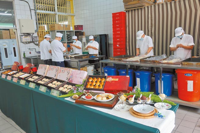 彰化監獄儒林工坊3年前開始對外販售收容人製作的月餅,依飯店主廚配方製作,並研發健康養生的新口味,採預購製,想吃還不一定買得到,已連續2年締造百萬業績。(謝瓊雲攝)