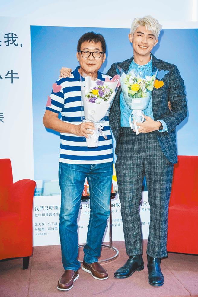 梁正群(右)昨舉辦新書發表會,父親梁修身站台力挺。(石智中攝)
