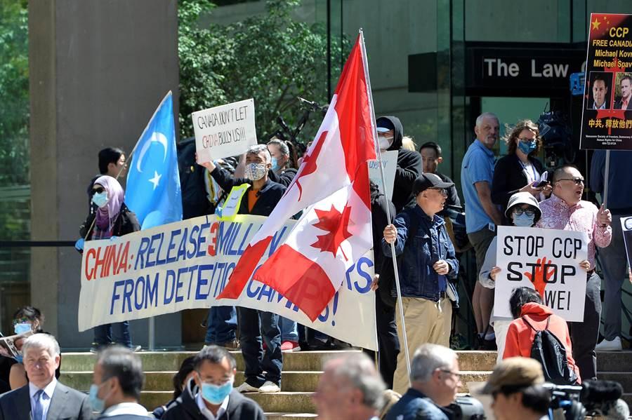 加拿大卑詩省法院今年5月就引渡孟晚舟問題舉行聽證會時,大批僑民在法院外聚集表達關切。(圖/路透)