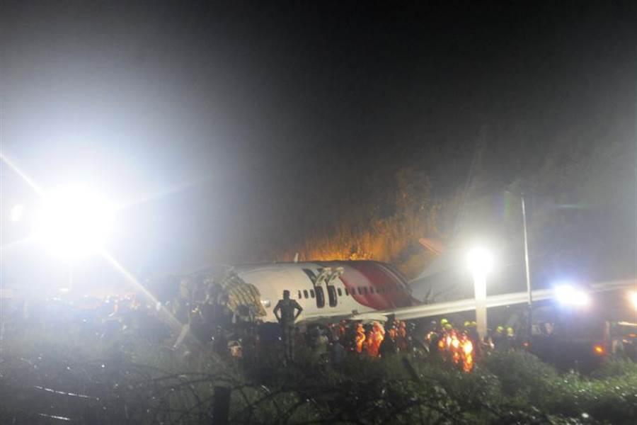 杜拜飛印度班機衝出跑道,機身斷成兩截。(美聯社)
