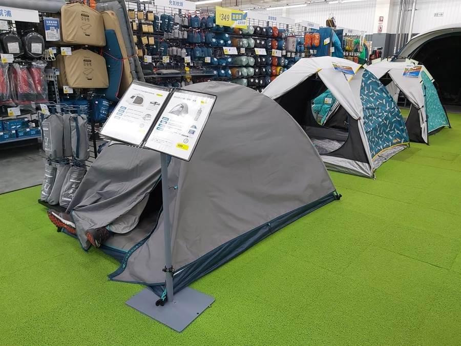 民眾路過帳篷展示區,驚見兩條腿路在帳篷外面。(翻攝/爆怨公社)