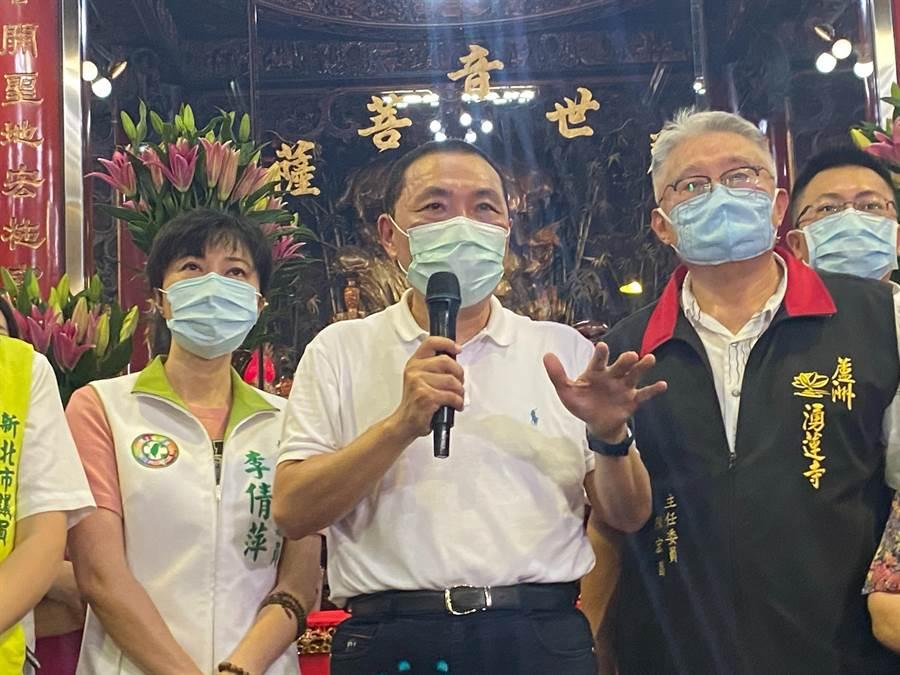 新北市長侯友宜(中)、陳宏昌(右)8日出席湧蓮寺捐贈儀式(戴上容攝)
