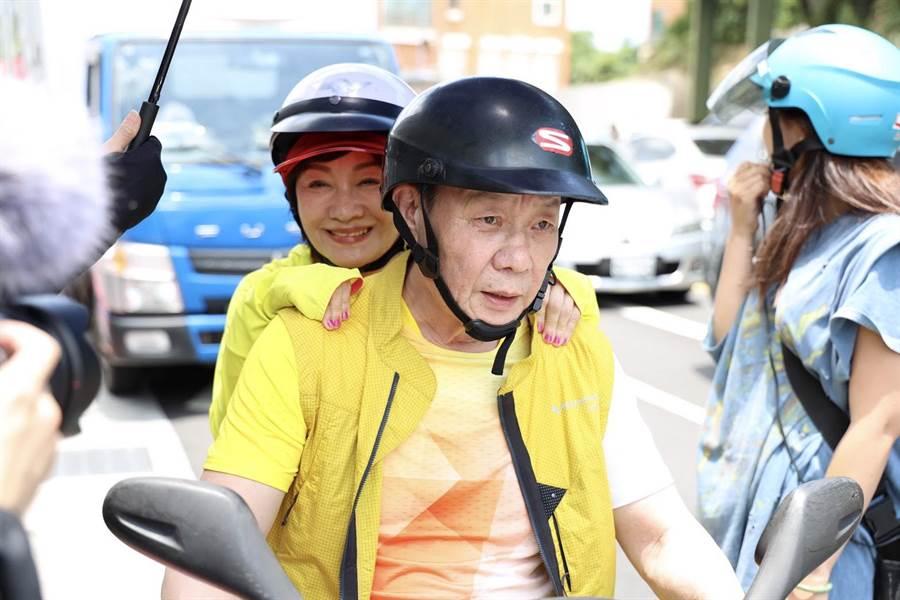 寇世勋骑车载戏中老婆比莉。(草舍文化提供)