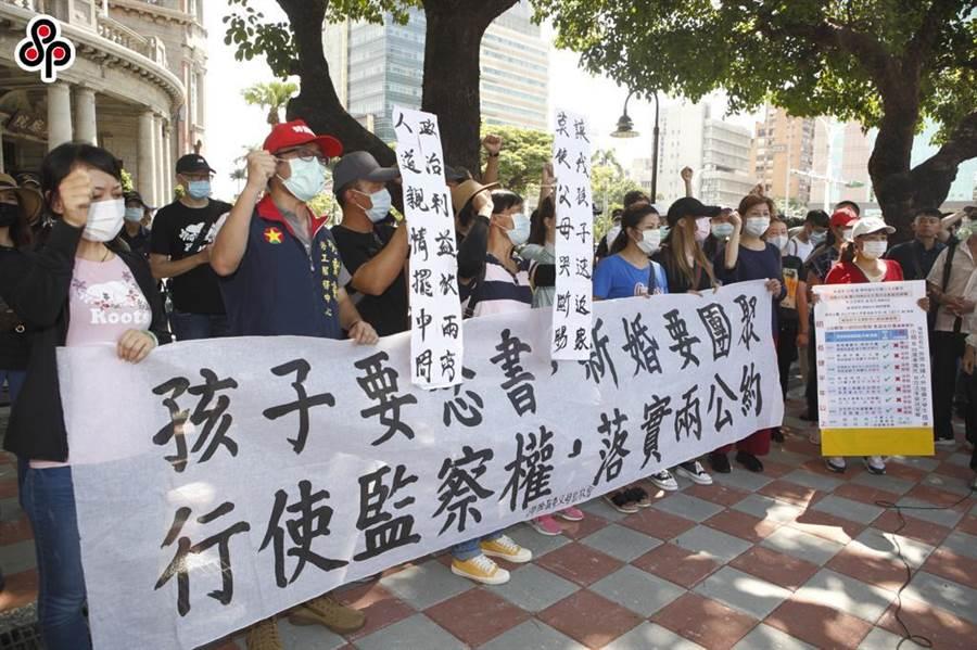 「台灣滯陸孩童父母自救會」7日到監察院前召開記者會,成員拉起布條並高喊孩子要念書,新婚要團聚,行駛監察權,落實兩公約等訴求。(本報資料照)